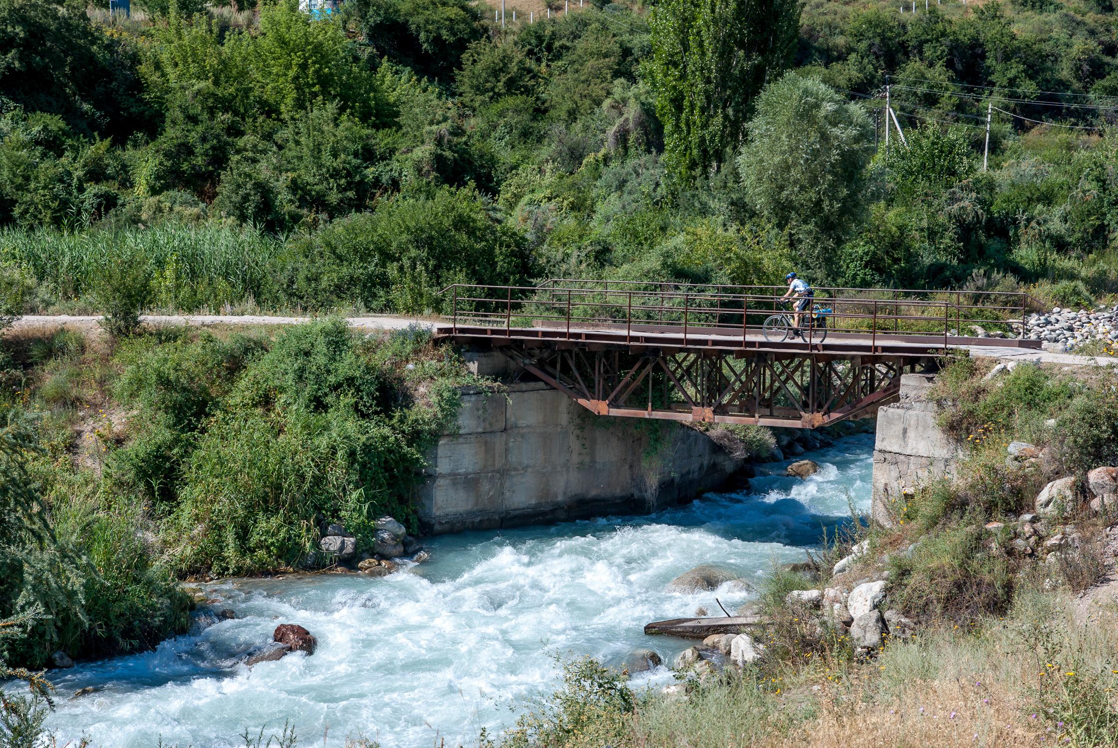 Горный поток, железный мосток
