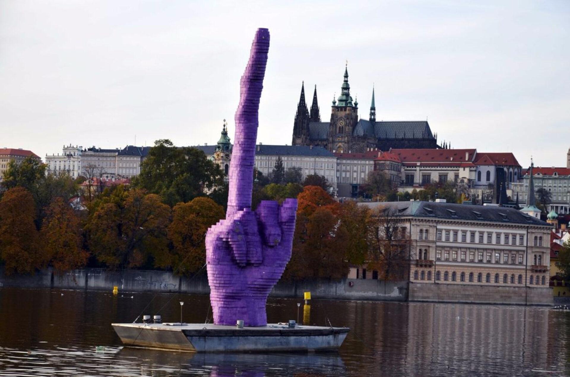Памятники пальцам вПариже иМилане