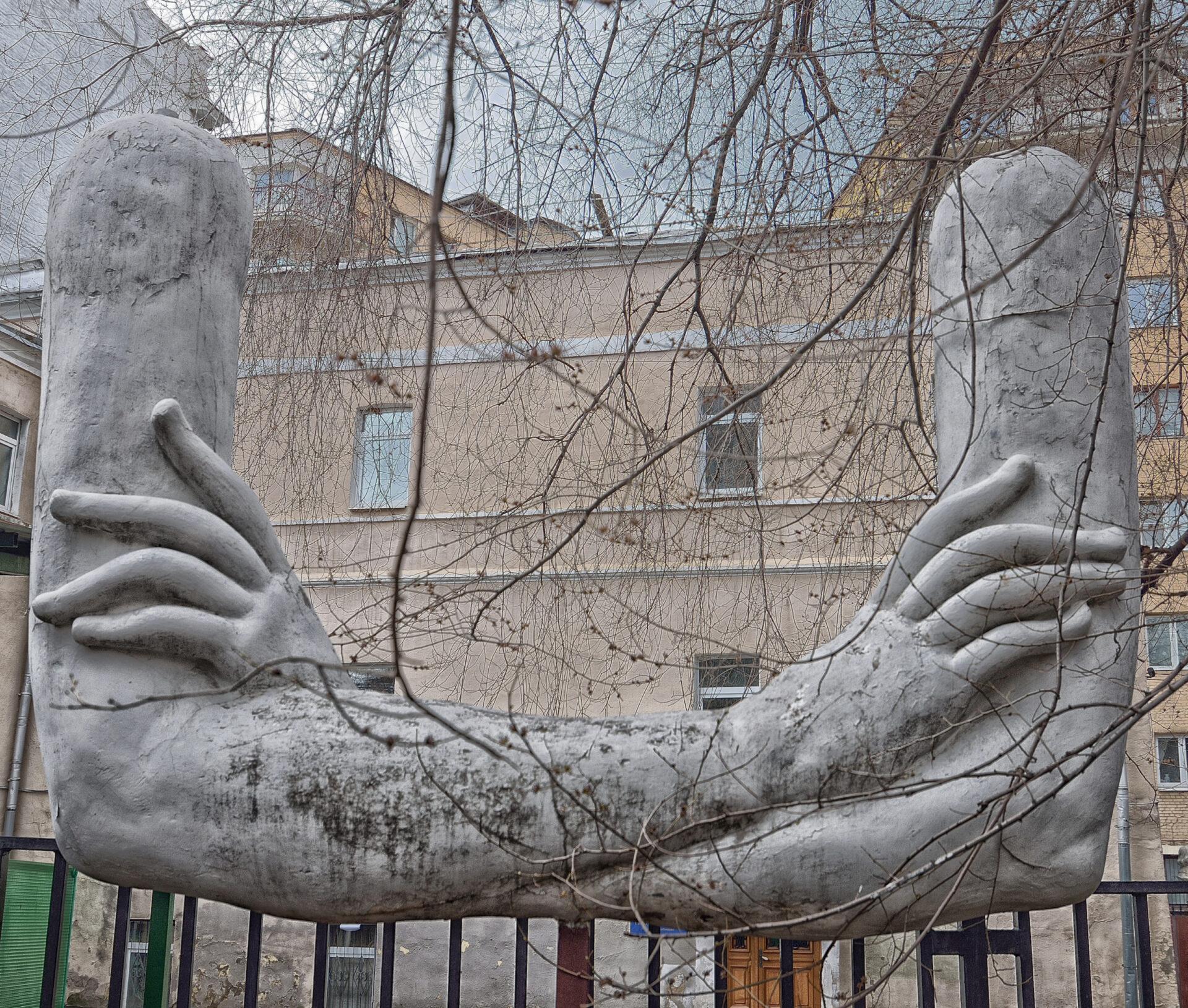 Странные скульптуры, пара Хаммеров иарбатские переулочки.