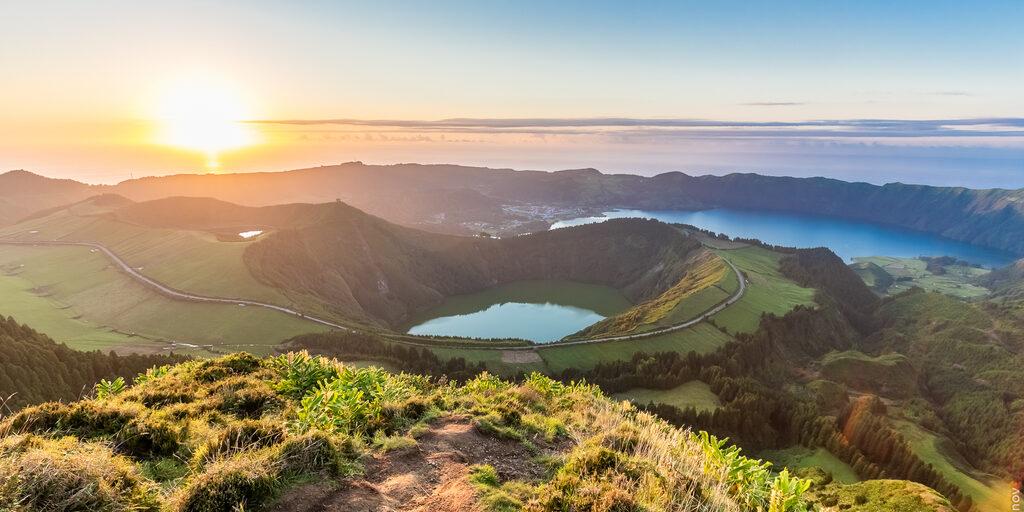 Азорские острова. По зеленым холмам и скалистым берегам