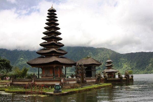 Озеро Братан (озеро Святой Горы) ихрам Улан Дану (богине плодородия) остров Бали, Индонезия